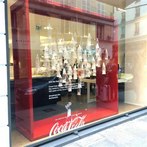 vitrine coca cola gratuit 100 ans de la bouteille contour coca cola oh my luxe