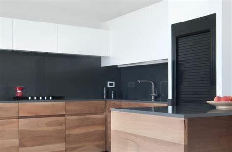 cuisine grise avec plan de travail noir plan de travail cuisine moderne en et bois
