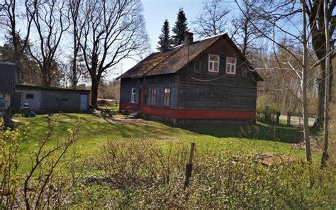 Pārdod divstāvu koka māju ar zemi, Klusā ielā 10, Skrundā, Skrundas novadā. ID: 335 - NEKUSTAMO ...