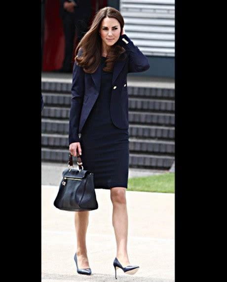 schwarzes kleid welche schuhe blaues kleid strumpfhose