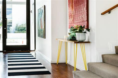 table de cuisine avec banc maison moderne à la déco éclectique en australie
