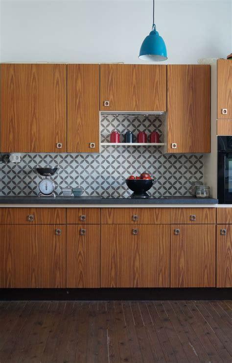 carreau de cuisine cuisine bois en noyer et crédence en carreau de ciment