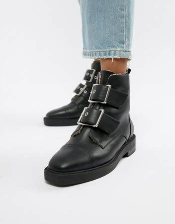 paar zwarte leren laarzen die je winteroutfit een stoere upgrade geven