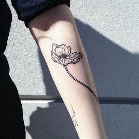 tatouage fleurs avant bras femme