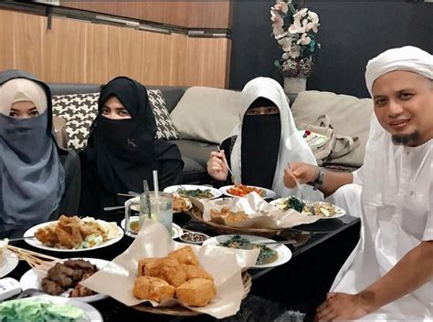 ustad arifin ilham perkenalkan istri ketiga istri pertama