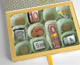 hochzeitsgeschenke mal anders schöne idee für ein geldgeschenk mal anders verpackt in einer pralinenschachtel wrapping