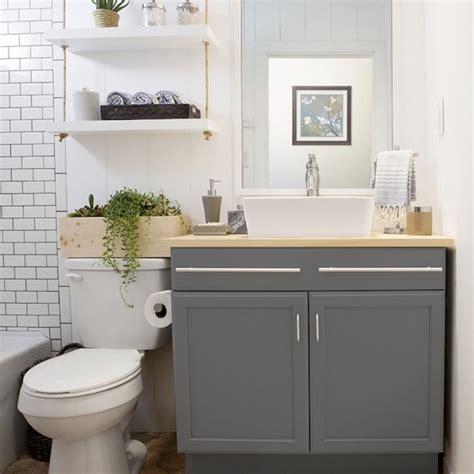 small bathroom vanity with trucos de organización para baños pequeños