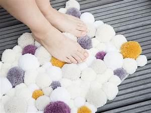 Teppich Selbst Gestalten : flauschigen pompom teppich selber herstellen ~ Lizthompson.info Haus und Dekorationen