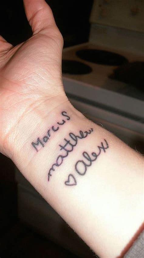 photo tattoo feminin  prenoms enfants avec coeur poignet
