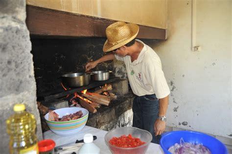 cuisiner au feu de bois les jardins fleuris colipays le