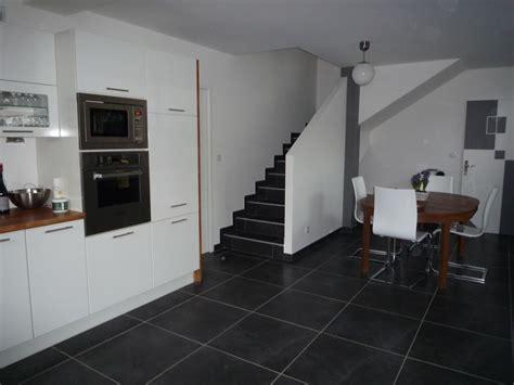 cuisine carrelage blanc carrelage cuisine noir brillant un mur noir dans une