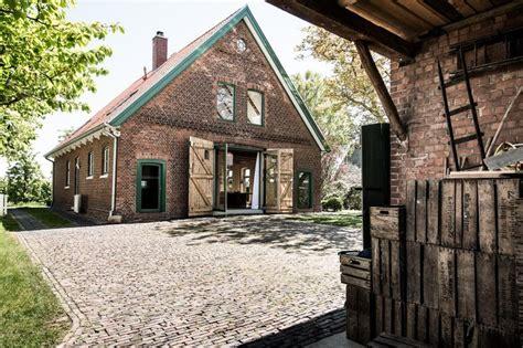 Renoviertes Bauernhaus Modern by Sprossenfenster Obstbaeume Altesland Birnenbaum