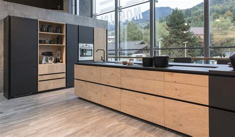 cuisine noir et bois cuisine en bois savoir marier les couleurs mobalpa