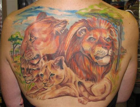 modele tatouage lion lionne  lionceaux en couleurs sur