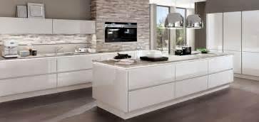 weiße küche graue arbeitsplatte weiße küchen sind im trend möbel kraft möbel kraft