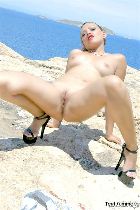 Terri Summers Enjoying The Tropical View With A Pink Dildo ...