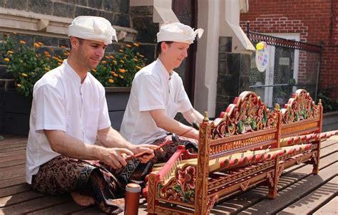 Musik tradisional indonesia merupakan musik yang lahir dan berkembang di suatu daerah tertentu dan diwariskan secara turun temurun dari satu generasi ke generasi selanjutnya. Risna: Kebudayaan Bali (pakaian, rumah adat, tarian, alat musik, kebiasaan, upacara adat)