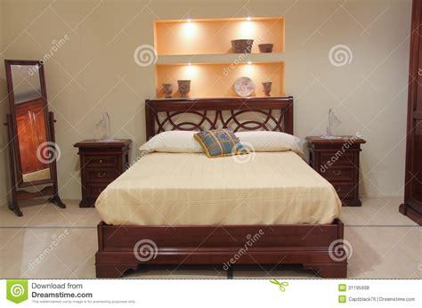 chambre en l chambre à coucher classique avec les meubles en bois