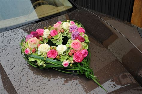 autodeko herz aus rosen und pfingstrosen blumen
