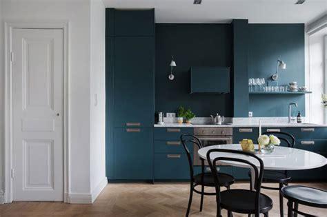 pintar la pared de la cocina del mismo color  los