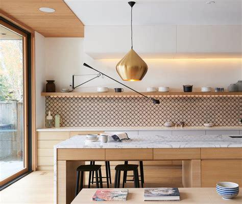 Küche, Helles Holz, Weißer Marmor, Natursteinplatte