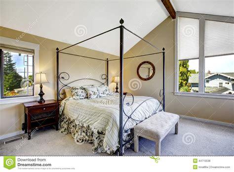 temperature chambre a coucher chambre à coucher avec le haut lit de cadre de fer photo