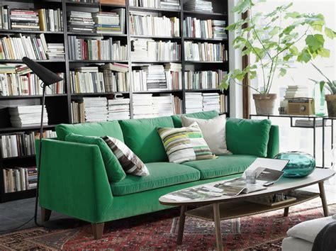 canape en velour canapé en velours entre vert et bleu notre cœur balance