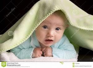 Lampenkabel Decke Verstecken : verstecken unter einer decke stockfoto bild von neugeboren portrait 11928958 ~ Sanjose-hotels-ca.com Haus und Dekorationen