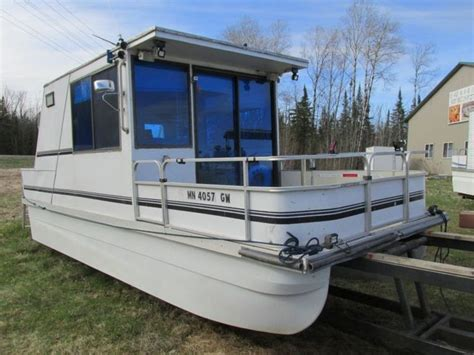Houseboat Pontoons by Best 25 Pontoon Houseboat Ideas On