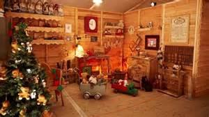 bureau du pere noel pour grand retour le père noël installe sa maison à