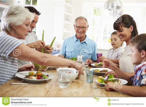 famille cuisine famille multi de génération mangeant le repas autour de la