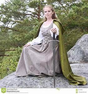 Kleidung Hochzeitsgast Frau : junge frau in der mittelalterlichen kleidung stockfoto bild von dolch mittelalterlich 56105990 ~ Frokenaadalensverden.com Haus und Dekorationen