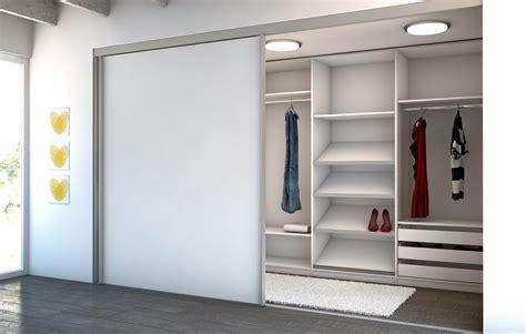 Begehbarer Kleiderschrank Mit Schiebetüren by Begehbarer Kleiderschrank Hinter Einer Zimmert 252 Re Hier