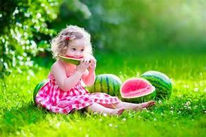 Baby Tapete Mädchen : tapete von baby wiese sommer kind kleines m dchen ~ Michelbontemps.com Haus und Dekorationen