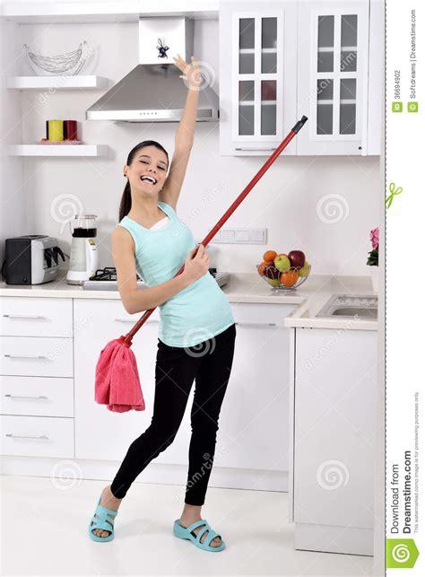 femme de nettoyage dr 244 le dans la maison photographie stock