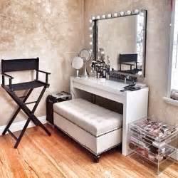 White Vanity Makeup Station by οργάνωση καλλυντικών και προιόντων ομορφιάς The Cover