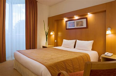 dans chambre d hotel hôtel lyon 4 étoiles chambre d 39 hôtel lyon l 39 isle d 39 abeau