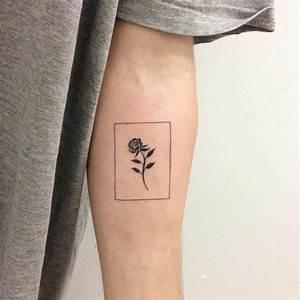 Tatouage Homme Petit : tatouage rose 20 id es pour un tatouage styl et minimaliste ~ Carolinahurricanesstore.com Idées de Décoration