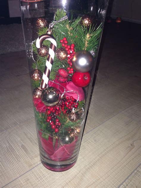 Lichterkette In Vase by Eine Hohe Glasvase Ein Paar Tannenzweige Dekokugeln Und