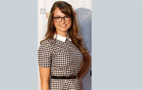 milana vayntrub net worth milana vayntrub bio height body measurements net worth
