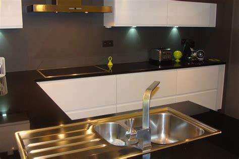 cuisine blanche et plan de travail noir cuisine laquée blanche plan de travail granit noir photo