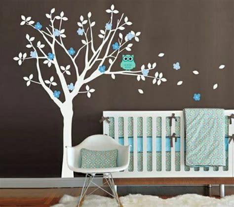 deco arbre chambre bebe 16 stickers muraux pour bien décorer la chambre de bébé