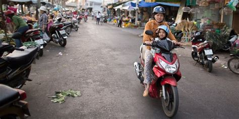 Wanita Dewasa Itu Gimana Gendong Bayi Sambil Bawa Motor Ibu Ini Panen Kecaman