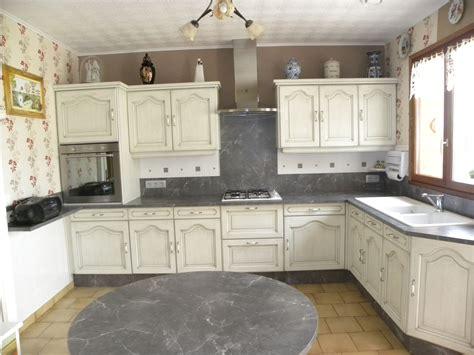 cuisine blanc et grise cuisine blanc cassé patine grise gilles martel