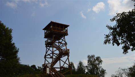 Cieceres ezera skatu tornis, kas stiepjas 18 metru augstumā