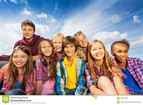 balancoir enfant groupe des enfants s asseyant ensemble et du sourire photo