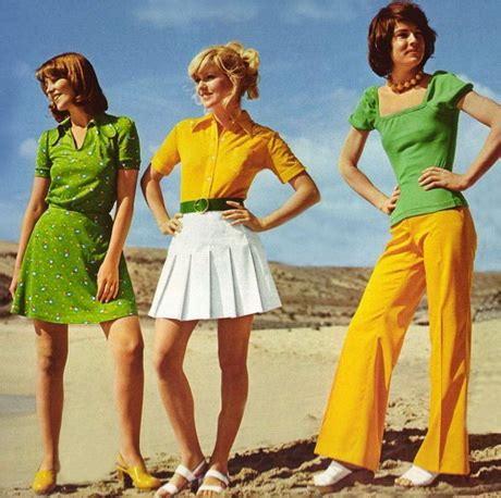 Ogni curva ha il suo denim, una collezione ricca di modelli iconici e nuove proposte: Immagini donne abiti anni 70