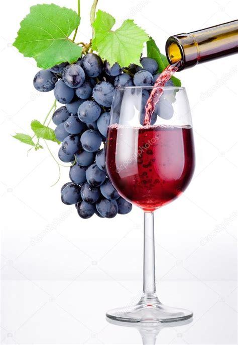 verser un pot de vin verser un verre de vin et une grappe de raisin avec feuilles isol photographie hyrman