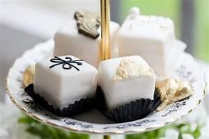 Petit Fours Hochzeit : pin by van harte on black white gold wedding schwarz wei go ~ Orissabook.com Haus und Dekorationen