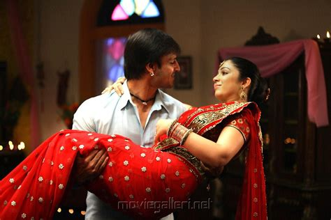 bollywood kiss karna picture 382500 vivek oberoi charmy kaur in zilla